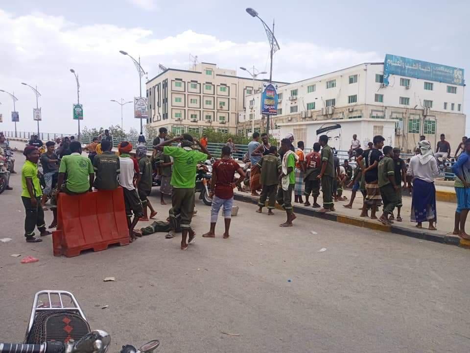 محتجون يقطعون شارعا رئيسيا في مدينة المكلا(صورة)