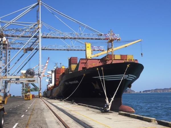 الحوثيون يقرون عزل السفن الواصلة لموانئ الحديدة لمدة 14 يوماً