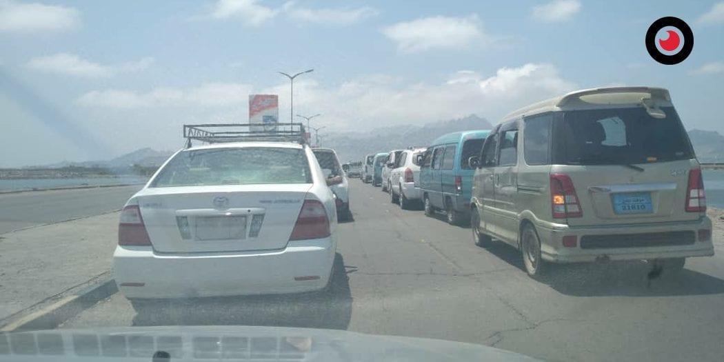 لليوم الثاني ..مواطنون يغلقون طريق مطار عدن احتجاجا على تسيير رحلات جوية