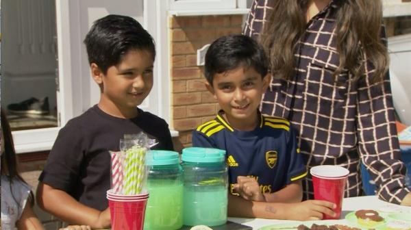طفلان يبيعان الليمون في لندن يجمعان 53 ألف دولار لمساعدة اليمن