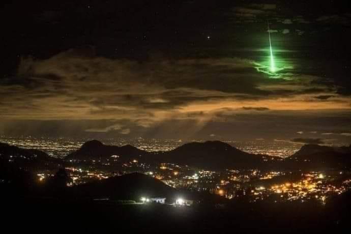 خبير فيزيائي يحسم الجدل ويكشف سر الشعاع الغامض الذي شوهد في سماء صنعاء