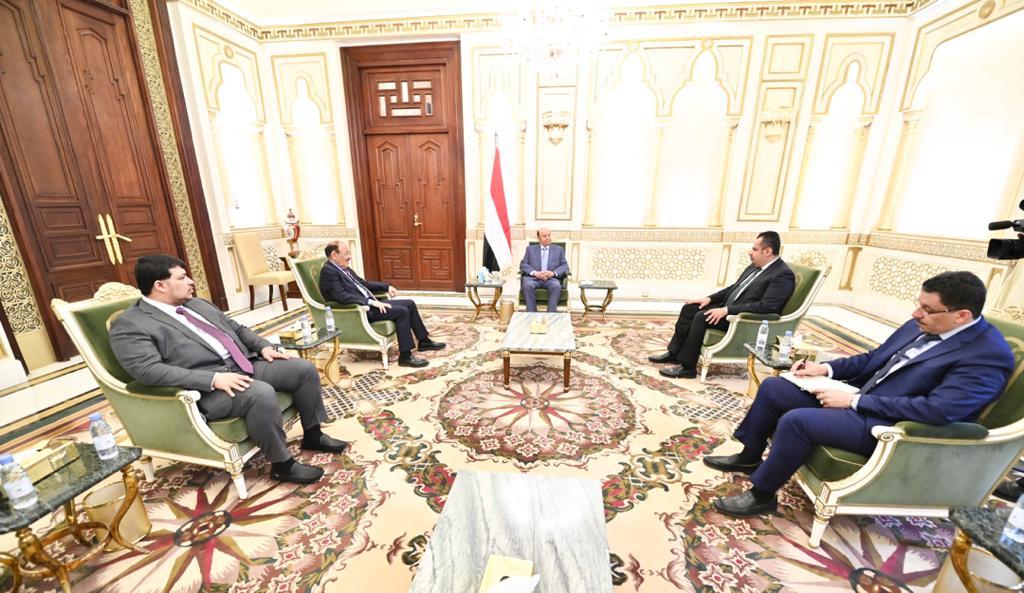 هادي يجتمع بكبار مسؤولي الحكومة في الرياض وهذا ما دار خلال الاجتماع !