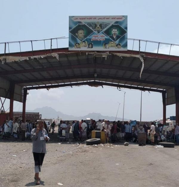 جنود يغلقون معسكر التحالف العربي ومينائي الحاويات والزيت في عدن