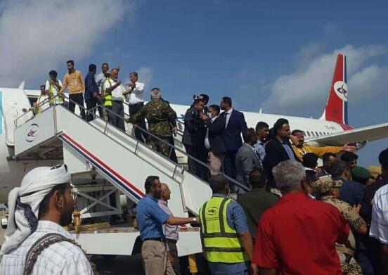 وزير الداخلية يتفقد مطار عدن وحجم أضرار التفجير